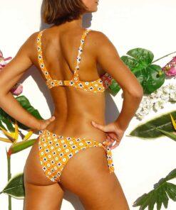 Bikini atada a los costados